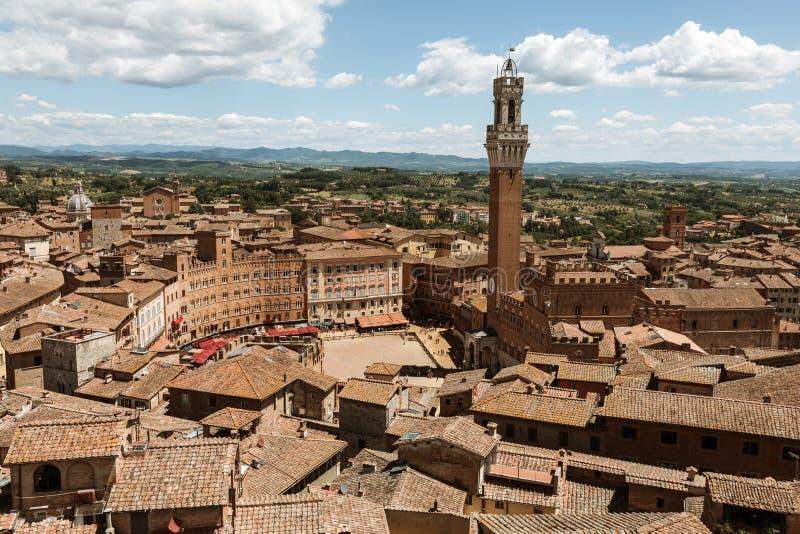 Vista panoramica della citt? di Siena con Piazza del Campo ed il Torre del Mangia immagine stock