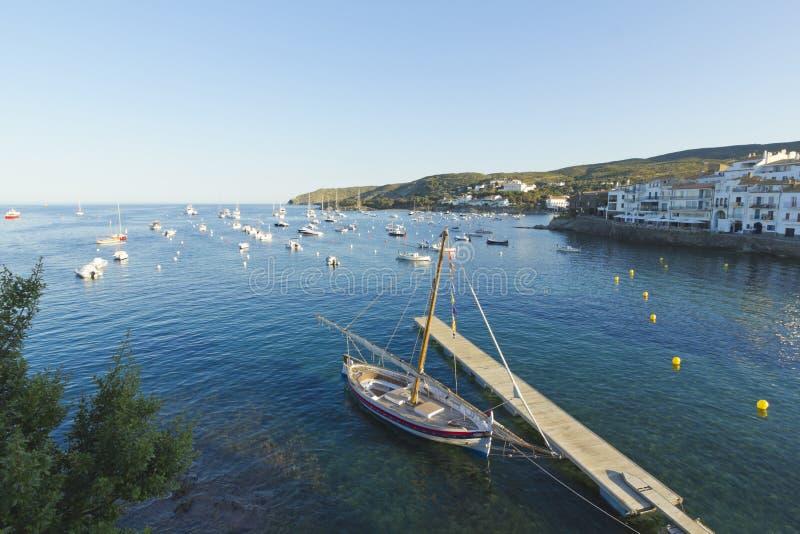 Vista panoramica della citt? spagnola di Cadaques fotografie stock libere da diritti