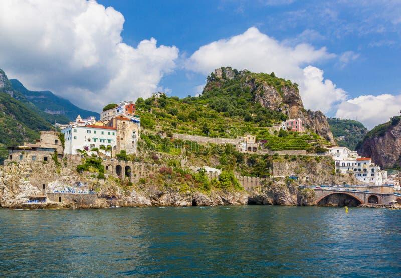Vista panoramica della costa Mediterranea di Amalfi, cittadina con le case multicolori nel sud dell'Italia, golfo di Salerno, cam immagini stock