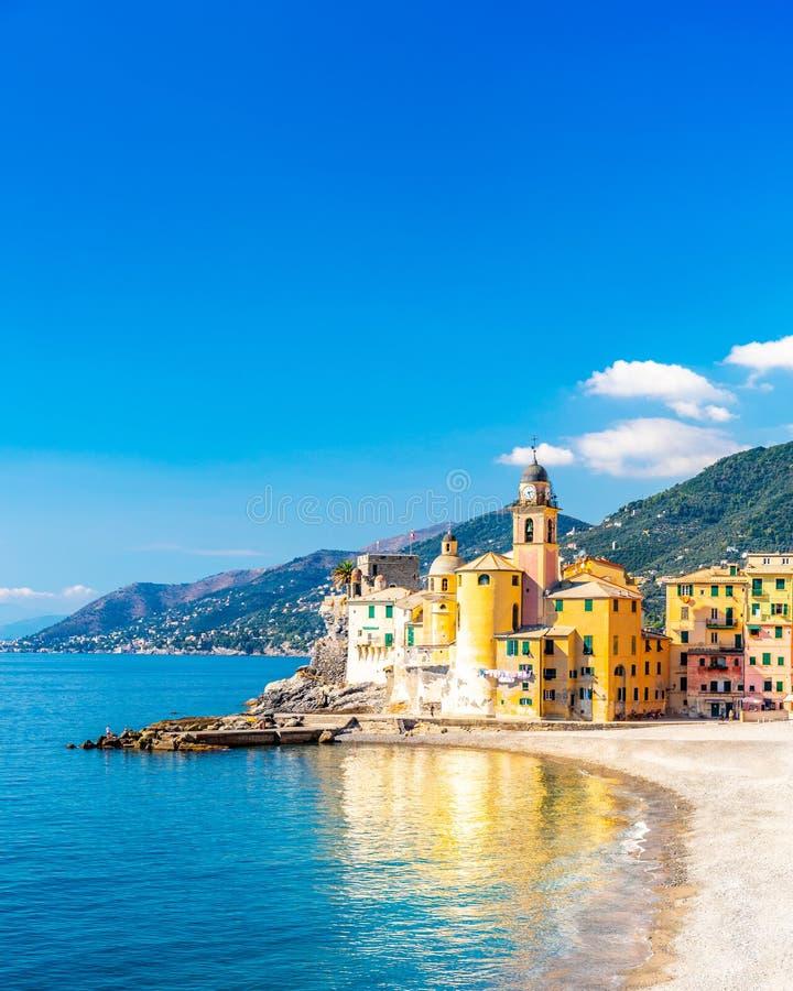 Vista panoramica della costa Mediterranea scenica di riviera della citt? di Camogli in Liguria, Italia Basilica di Santa Maria As fotografie stock