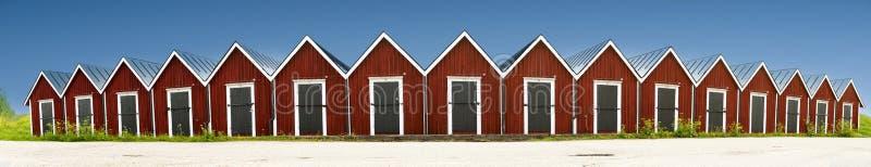 Vista panoramica della fila delle rimesse per imbarcazioni di legno rosse immagini stock libere da diritti