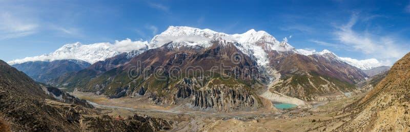 Vista panoramica della gamma della valle di Manang e di montagne di Annapurna fotografia stock libera da diritti