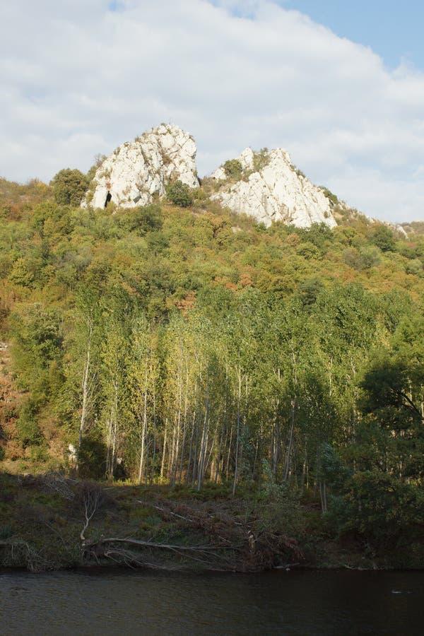 Vista panoramica della gola di Iskar vicino al monastero di Cherepish, montagne di Balcani, Bulgaria fotografia stock libera da diritti
