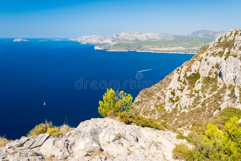 Vista panoramica della linea costiera vicino al cassis visto dal DES Cretes dell'itinerario & da x28; La Provenza, France& x29; fotografia stock libera da diritti