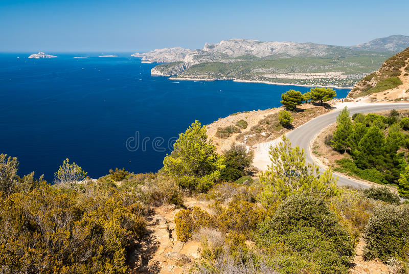 Vista panoramica della linea costiera vicino al cassis visto dal DES Cretes Provenza, Francia dell'itinerario fotografia stock