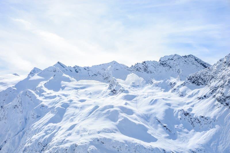 Vista panoramica della montagna del ghiacciaio delle alpi superiori della gamma con il cielo nuvoloso blu fotografia stock libera da diritti