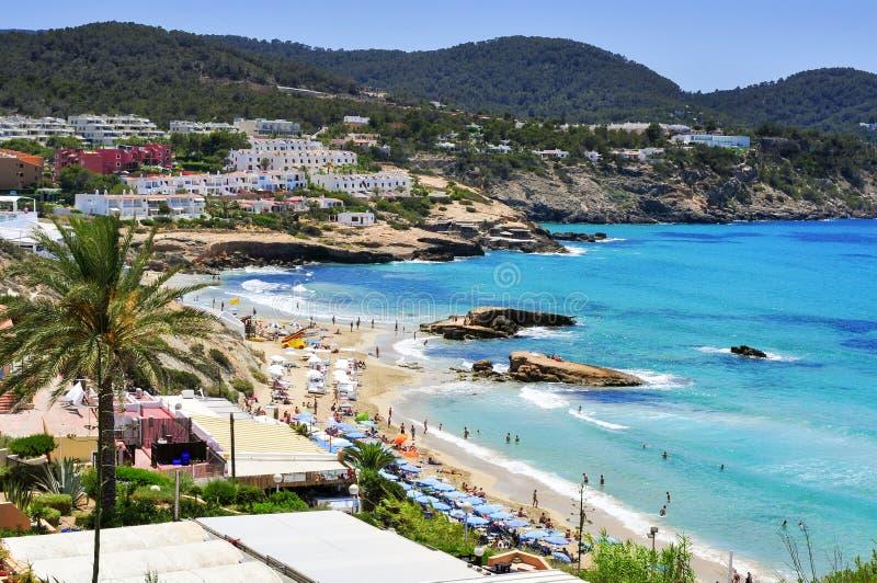 Vista panoramica della spiaggia di Cala Tarida nell'isola di Ibiza, Spagna fotografia stock