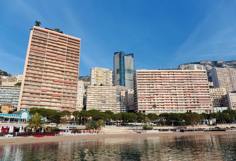 Vista panoramica della spiaggia a Monte Carlo, Monaco principality immagine stock libera da diritti