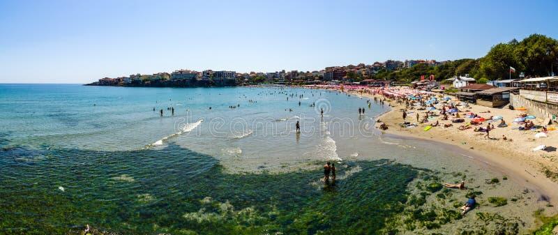 Vista panoramica della spiaggia pubblica della costa di Mar Nero fotografia stock