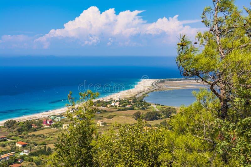Vista panoramica della spiaggia sabbiosa sull'isola di Leucade fotografia stock libera da diritti