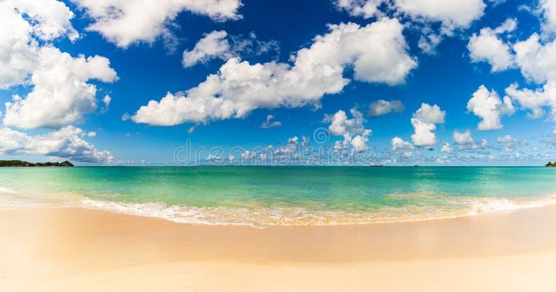 Vista panoramica della spiaggia in St John, Antigua e Barbuda, un paese situato nelle Antille nel mar dei Caraibi fotografie stock libere da diritti