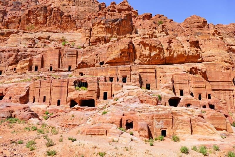 Vista panoramica della via delle facciate nel PETRA, Giordania immagine stock