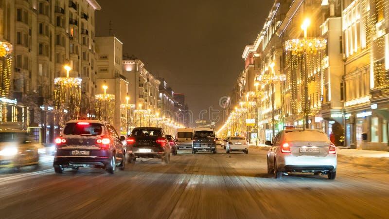 Vista panoramica della via di Tverskaya alla notte fotografie stock libere da diritti