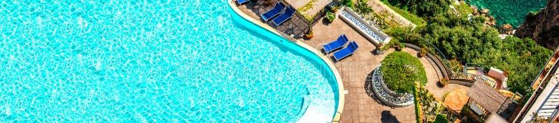 Vista panoramica della villa e del mar Mediterraneo di lusso, via Nastro Azzurro Costa di Amalfi immagini stock