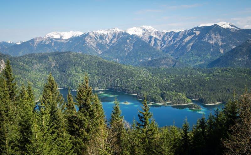 Vista panoramica delle alpi e del lago Eibsee, Baviera fotografie stock