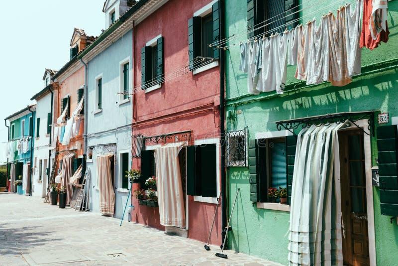 Vista panoramica delle case brillantemente colorate di Burano fotografia stock