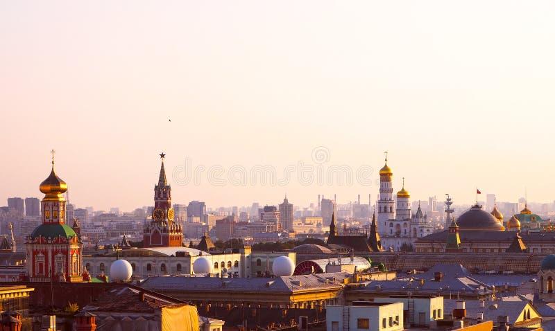 Vista panoramica delle costruzioni storiche di Mosca dal tetto nel centro di Mosca, Russia immagini stock