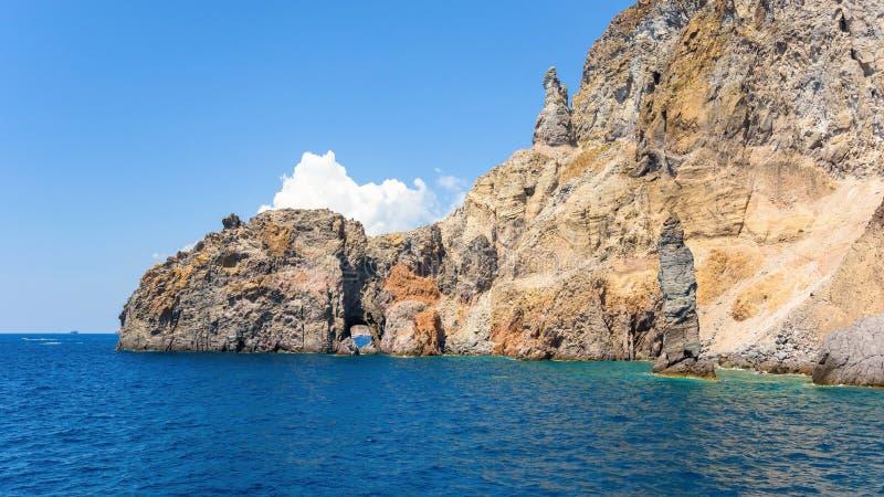 Vista panoramica delle formazioni rocciose all'isola di Lipari fotografia stock