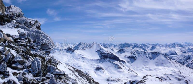 Vista panoramica delle montagne di Silvretta nelle alpi con le rocce ghiacciate di una sommità vicina nella priorità alta immagine stock libera da diritti