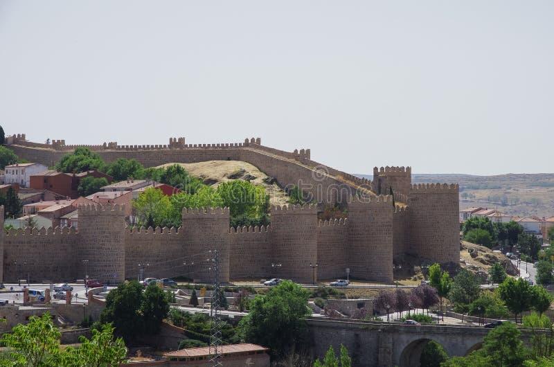 Vista panoramica delle pareti e della torre della città storica di Avila fotografia stock