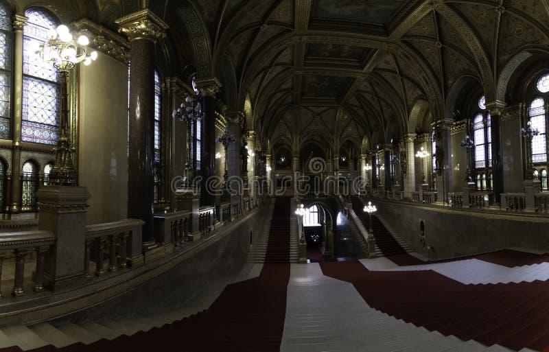 Vista panoramica delle scale principali che ricevono dall'entrata principale ai parlamentari di Budapest, Ungheria immagine stock
