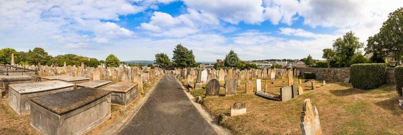 Vista panoramica delle tombe di pietra al cimitero di Candie alla st Peter Port, Guernsey immagini stock libere da diritti