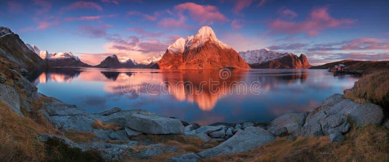 Vista panoramica di alba o di tramonto sulle montagne sbalorditive nelle isole di Lofoten, Norvegia, paesaggio della costa della  immagini stock libere da diritti