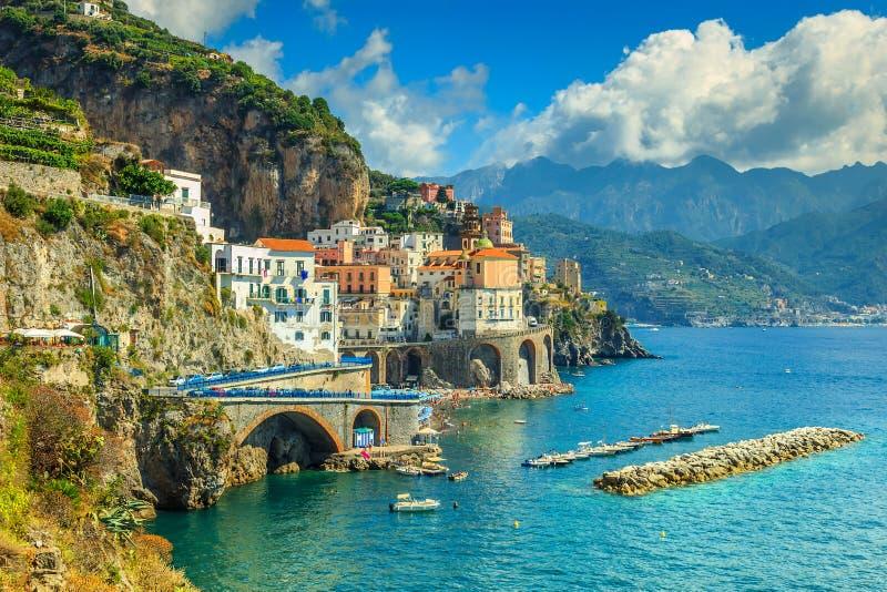 Vista panoramica di Amalfi, della spiaggia e del porto, Italia, Europa fotografia stock