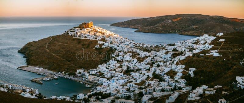 Vista panoramica di Astypalaia Chora con la regolazione del sole e un MP immagine stock libera da diritti