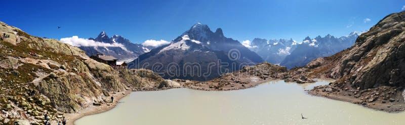 Vista panoramica di bacca Blanc sui precedenti delle alpi immagini stock libere da diritti