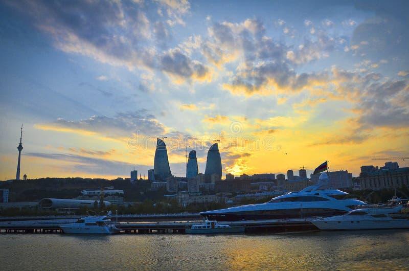 Vista panoramica di Bacu - la capitale dell'Azerbaigian ha individuato dal caspico vede la riva Priorità bassa di tramonto La cos fotografia stock libera da diritti