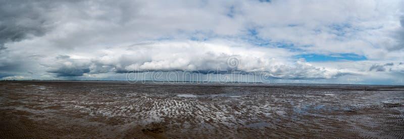 Vista panoramica di bella natura con un fiume immagini stock