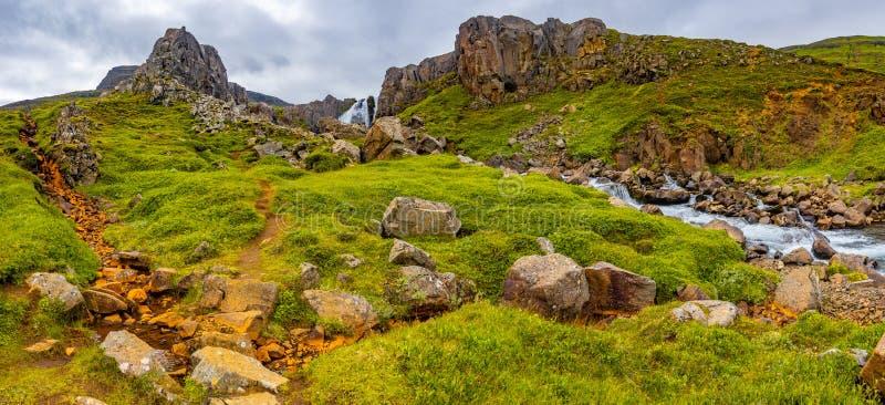 Vista panoramica di bello paesaggio del fiordo vicino a Seydisfjordur i immagine stock libera da diritti