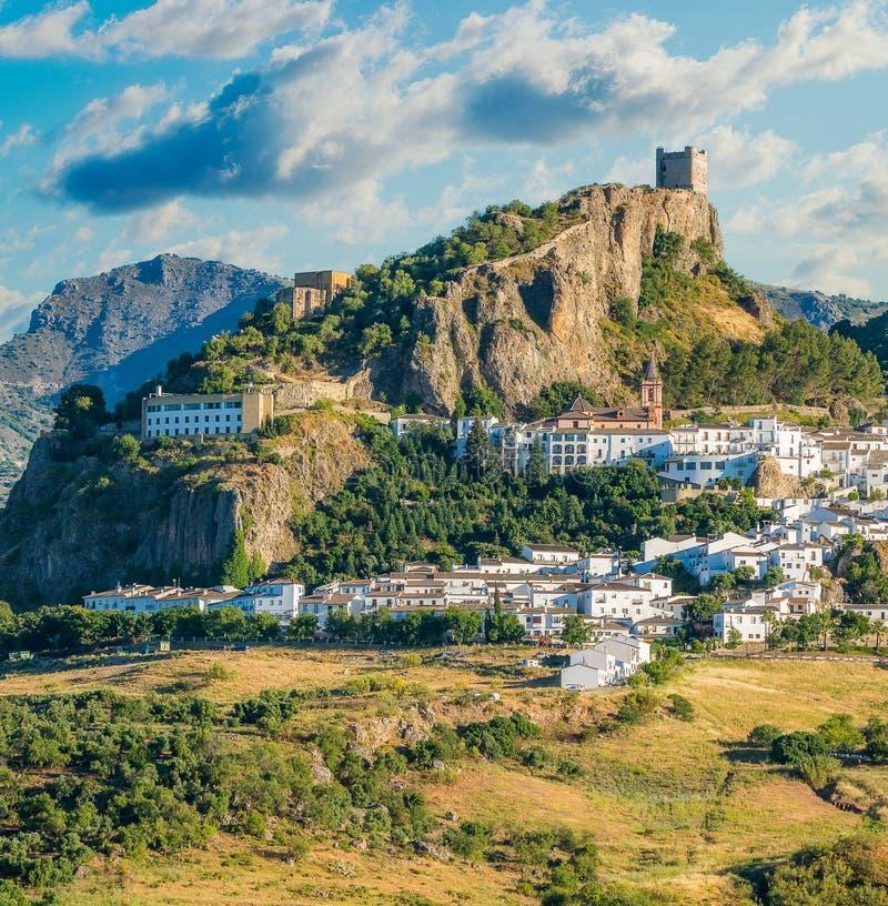 Vista panoramica di bello Zahara de la Sierra, provincia di Cadice, Andalusia, Spagna fotografie stock libere da diritti