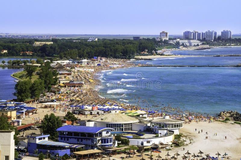 Vista panoramica di Birdseye di una spiaggia ammucchiata immagine stock