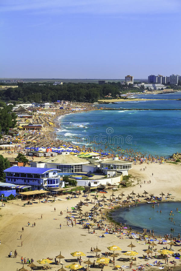 Vista panoramica di Birdseye di una spiaggia ammucchiata immagini stock