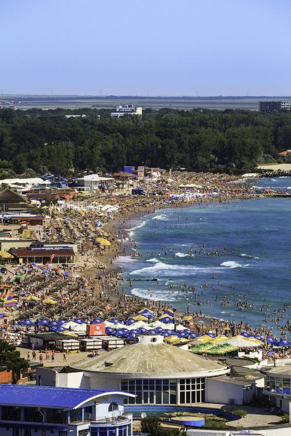Vista panoramica di Birdseye di una spiaggia ammucchiata immagine stock libera da diritti