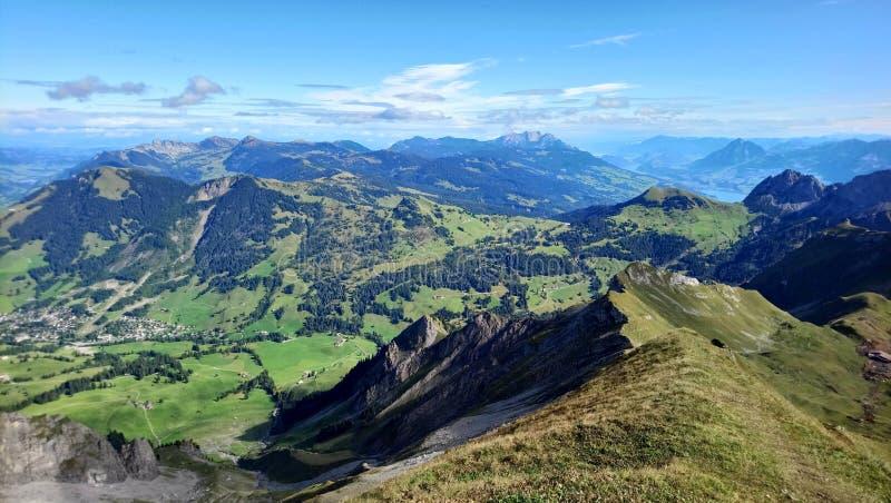 Vista panoramica di Brienz e la vista sbalorditiva di catena montuosa in un bello giorno, Svizzera fotografie stock