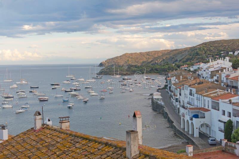 Vista panoramica di Cadaques sulla spiaggia Mediterranea, Spagna fotografia stock libera da diritti