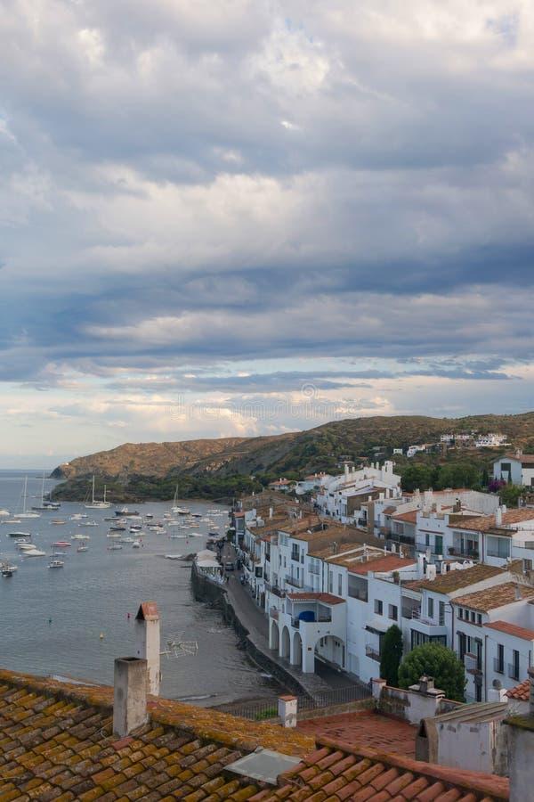 Vista panoramica di Cadaques sulla spiaggia Mediterranea, Spagna fotografie stock libere da diritti