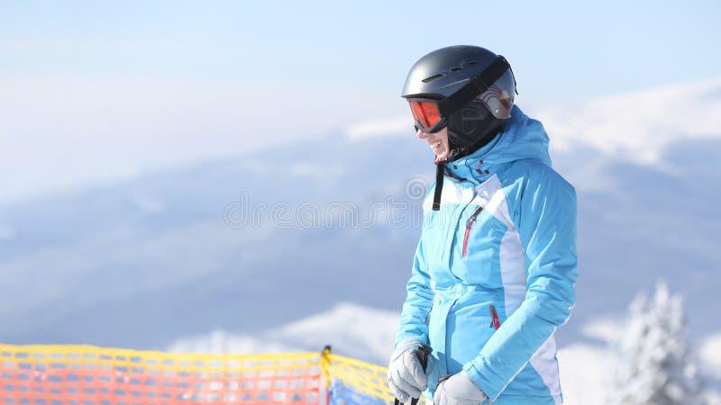 Vista panoramica di corsa con gli sci felice della donna in montagne immagini stock libere da diritti
