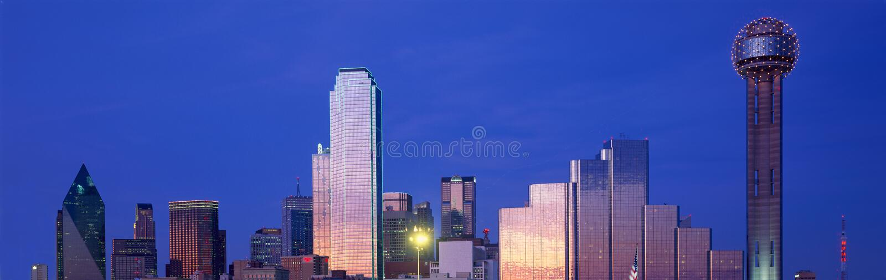 Vista panoramica di Dallas, orizzonte di TX alla notte con la torre della Riunione immagine stock libera da diritti
