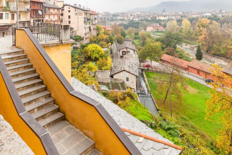 Vista panoramica di Dronero Cuneo Italia fotografia stock