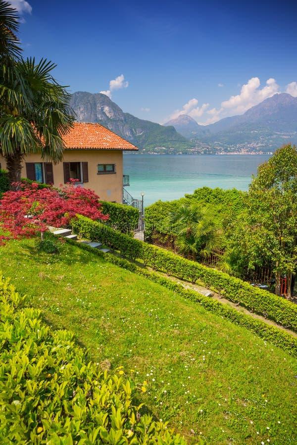 Vista panoramica di estate città in lago Como, Bellagio, Italia fotografia stock