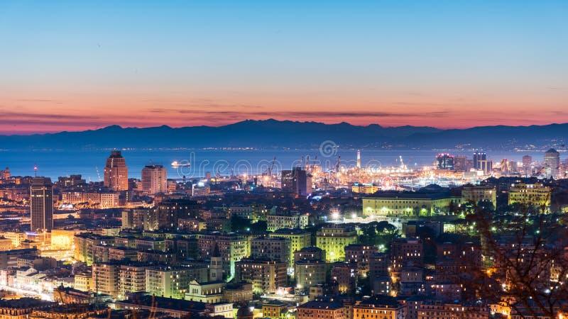 Vista panoramica di Genova durante la penombra fotografia stock