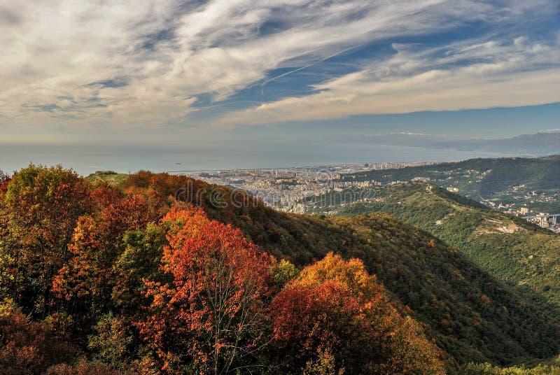 Vista panoramica di Genova veduta dalle colline circostanti durante la caduta fotografie stock libere da diritti