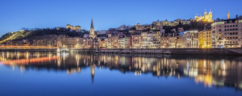 Vista panoramica di Lione con il fiume Saona di notte fotografia stock libera da diritti