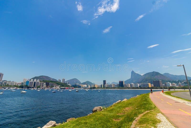 Vista panoramica di mattina della spiaggia e della baia di Botafogo con le sue costruzioni, barche e montagne in Rio de Janeiro immagini stock libere da diritti