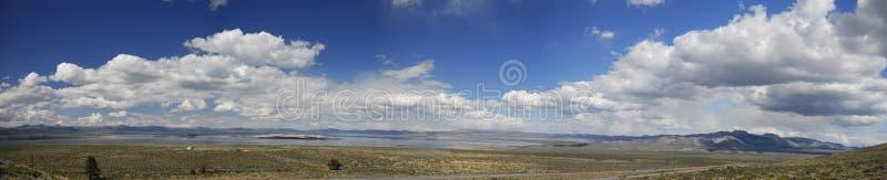 Vista panoramica di mono lago in California immagini stock