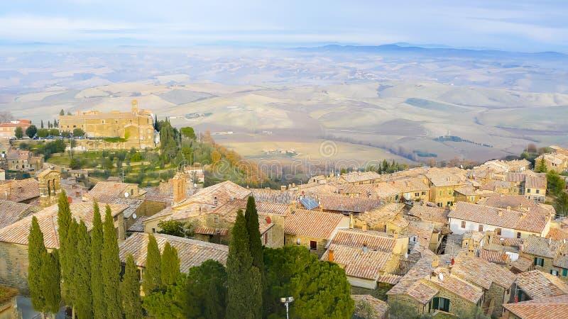 Vista panoramica di Montepulciano e le colline dai tetti fotografia stock libera da diritti